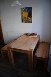 Кухонный стол из дерева.